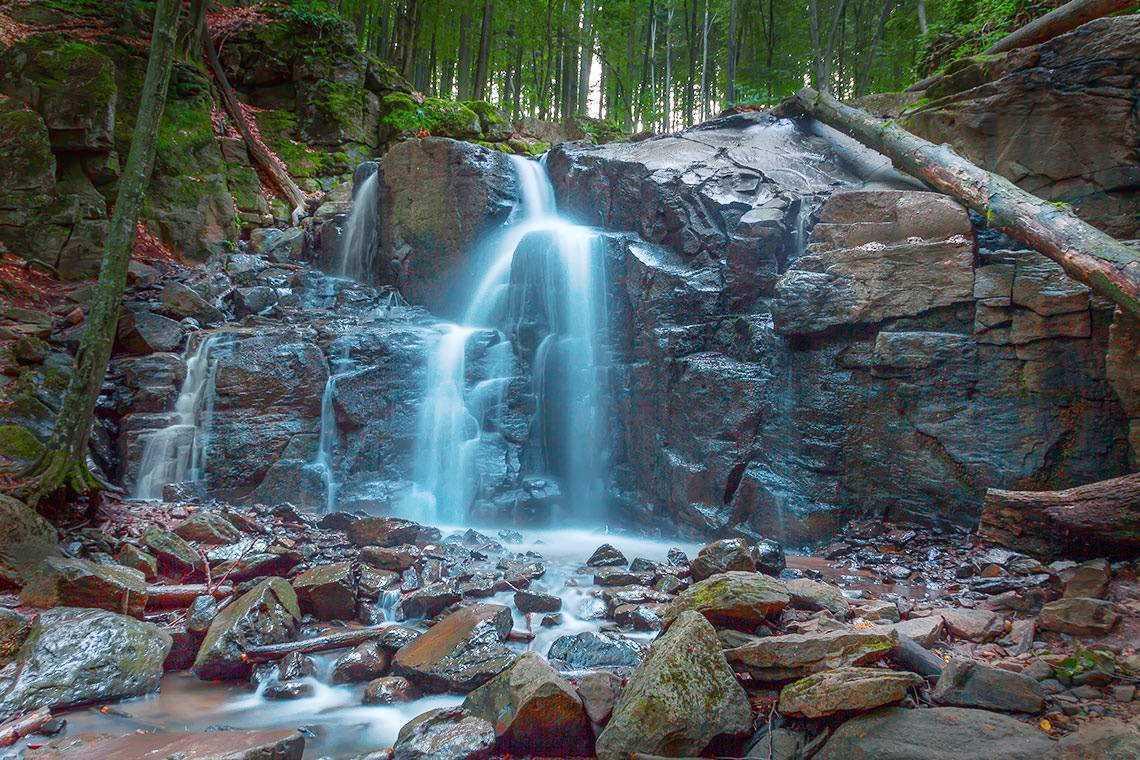 """0d5021d79edd Стрімкий потік наче скаче скелями урочища Нижнє Грабовище – через це його і  назвали """"Скакало"""". І хоча, водоспад, у порівнянні з іншими Карпатськими ..."""