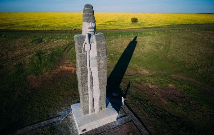 Гранітна скульптура чабана, яку майже рік тому встановили в етнографічному комплексі