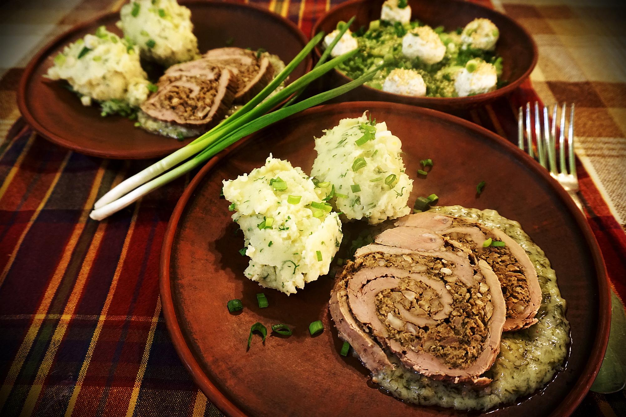Роляда з горішками, яблуком і зелениною © panistefa.com
