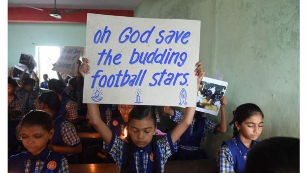 За порятунок дітей молились люди у всьому світі. На фото школа в Індії