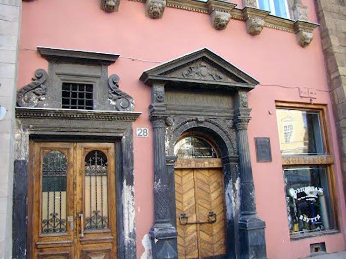 Вхід до кам'яниці за адресою площа Ринок, 28 у наші дні.