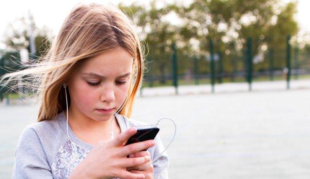 Зараз дуже важко уявити собі дитину без смартфона - фото 291754