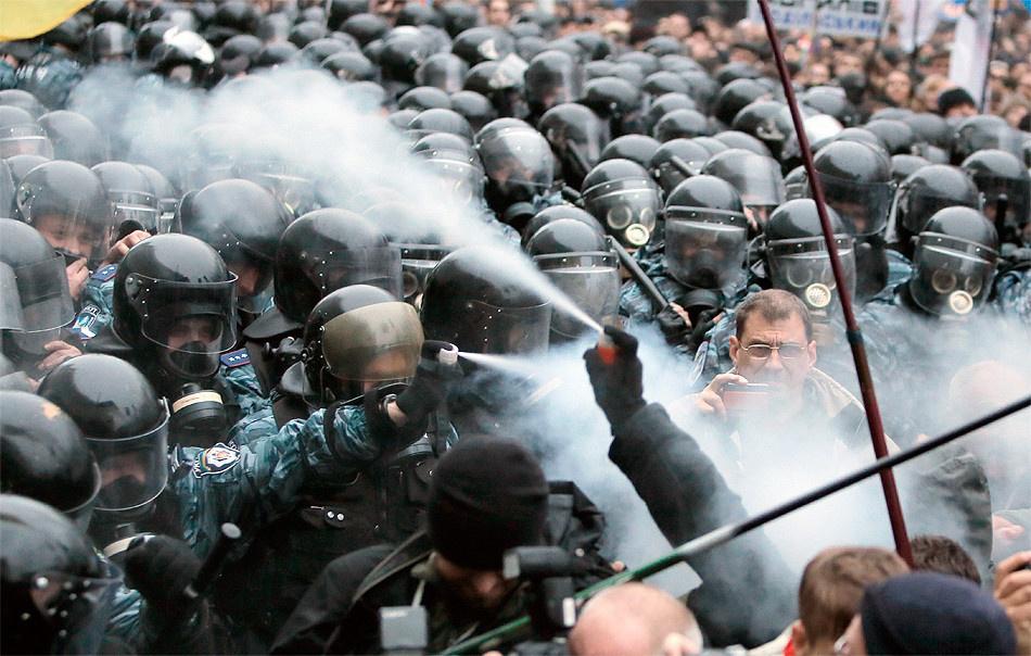 24 листопада, перші зіткнення мітингувальників із правоохоронцями. Фото Efrem Lukatsky / AP.