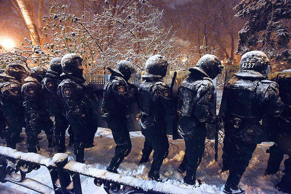 9 грудня, силовики в снігу. Фото з сайту zn.ua.