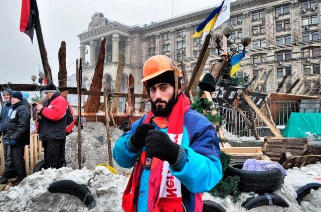 6 січня, Сергій Нігоян у барикад, 22 січня він загине. Фото з сайту dnepr.com.