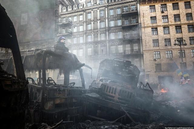 20 січня, згорілі автобуси в попелі і заморозити піні з вогнегасника. Фото Іллі Варламова, zyalt.livejournal.com.