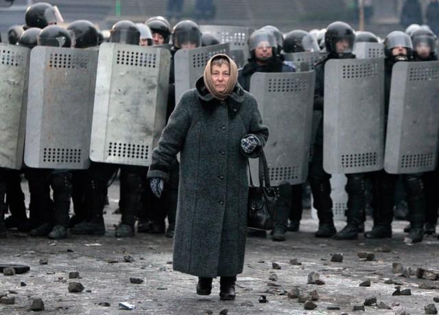 21 січня, літня жінка на фоні кордону силовиків. Фото з сайту tvrain.ru.