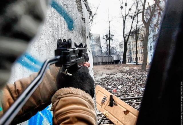21 січня, мітингувальник і кордон силовиків. Фото Reuters, drugoi.livejournal.com.