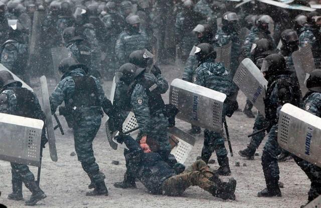 22 січня, правоохоронці та мітингувальник. Фото з сайту mir24.net.