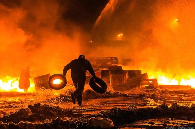 Ніч з 22 на 23 січня, Грушевського у вогні. Фото Іллі Варламова.