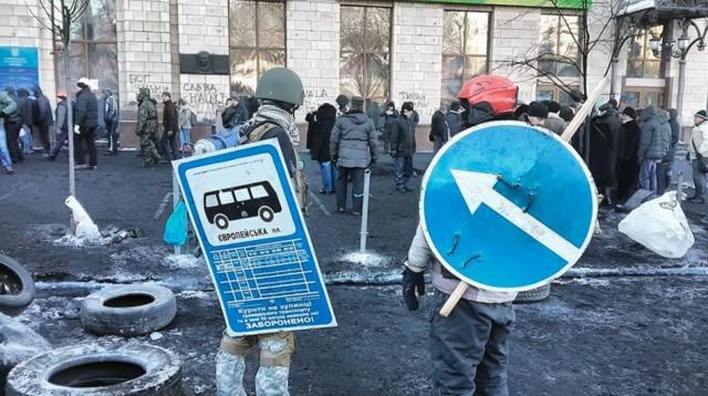 24 січня, дорожні знаки замість щитів у мітингувальників. Фото з сайту ukraine-revolution.tumblr.com.