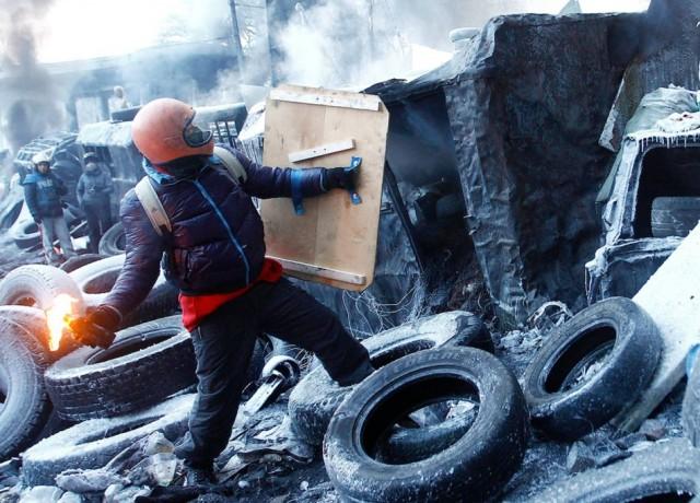 25 січня, мітингувальник з коктейлем Молотова. Фото Reuters.