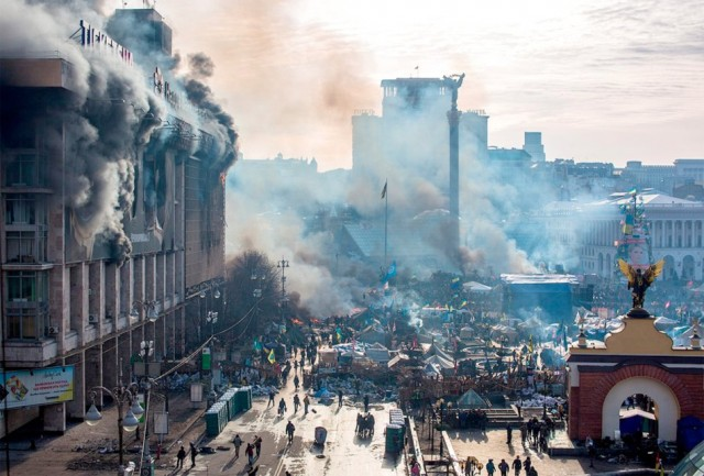19 лютого тліючий Будинок профспілок. Фото з сайту esquire.ru.