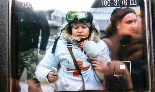 20 лютого, Олеся Жуковська, медик-волонтер, якій снайпер вистрілив у шию. Фото Reuters.