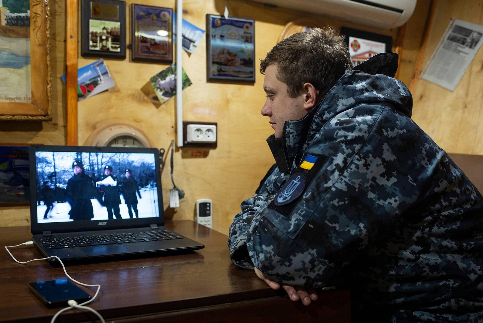 Командир катера «Гола пристань» Павло Гладченко у каюті передивляється відео 2014 року, Одеса, 1 березня 2019 року