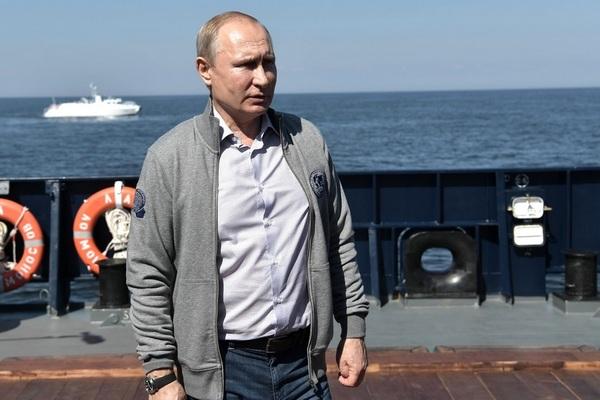 Володимир Путін під час поїздки до Північно-Західного федерального округу