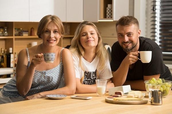Олена Кравець із донькою і чоловіком