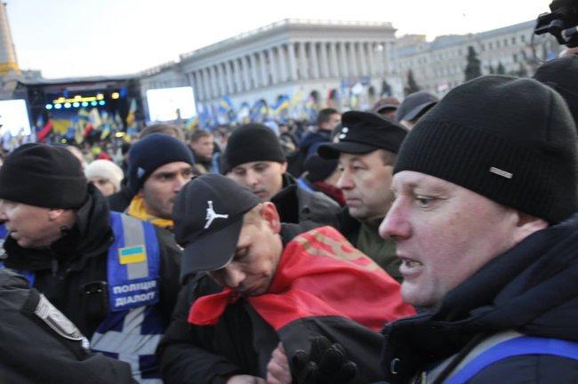 Порошенка закидали яйцями на Майдані під час акції