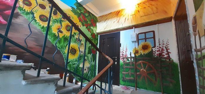 У Кривому Розі художник перетворив під'їзд будинку на картинну галерею (фото)