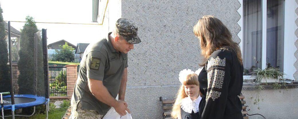 Захисник України ЗСУ прийшов підтримати доньку загиблого побратима 1 вересня.