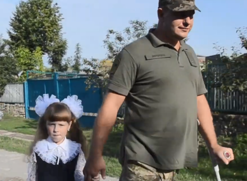 Дмитро Мерзлікін відвів доньку загиблого побратима до 1 класу.
