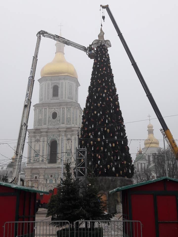 Демонтаж капелюха на ялинці в Києві
