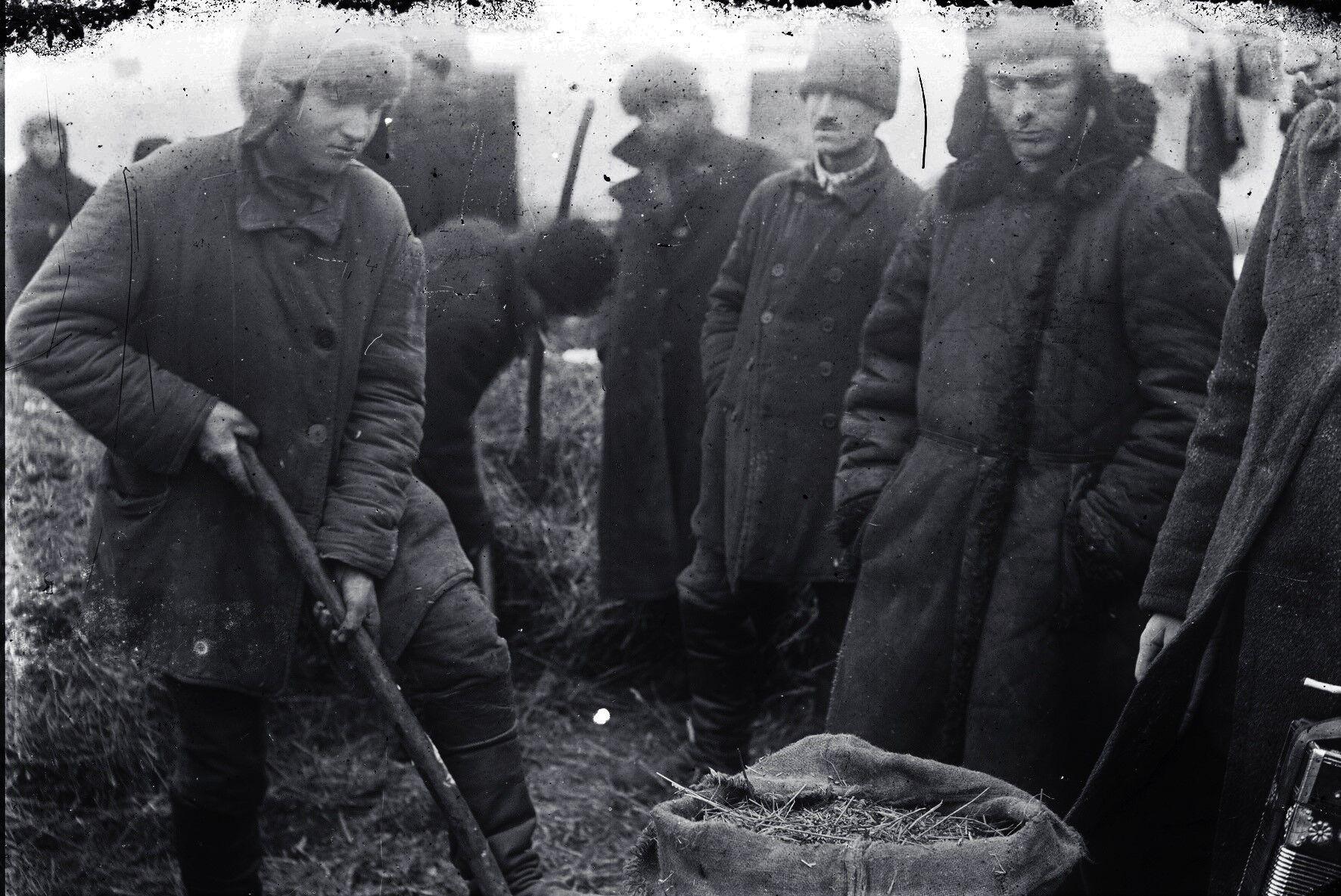 Пошук хліба в одному з сіл Гришинського району Донецької області