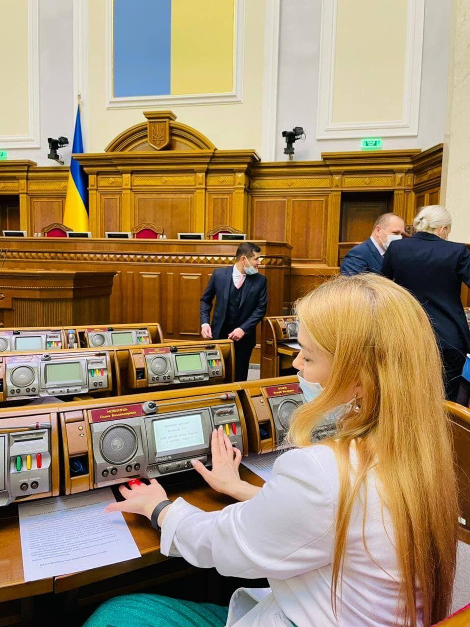 Нардеп показала, як голосують сенсорною кнопкою.