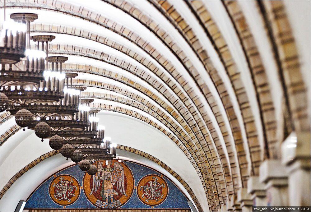 Звід центрального залу розділений діаметральними мозаїчними смугами зі смальти.