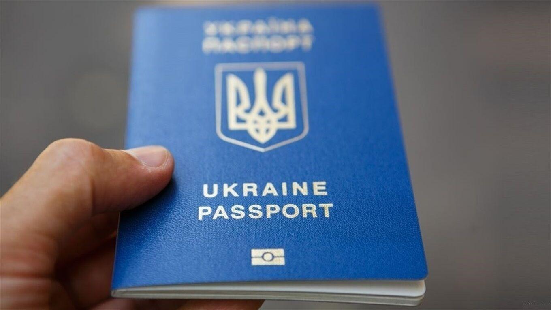 Українцям доведеться поміняти паспорти й відмовитися від книжечок: які нововведення підготували в Раді