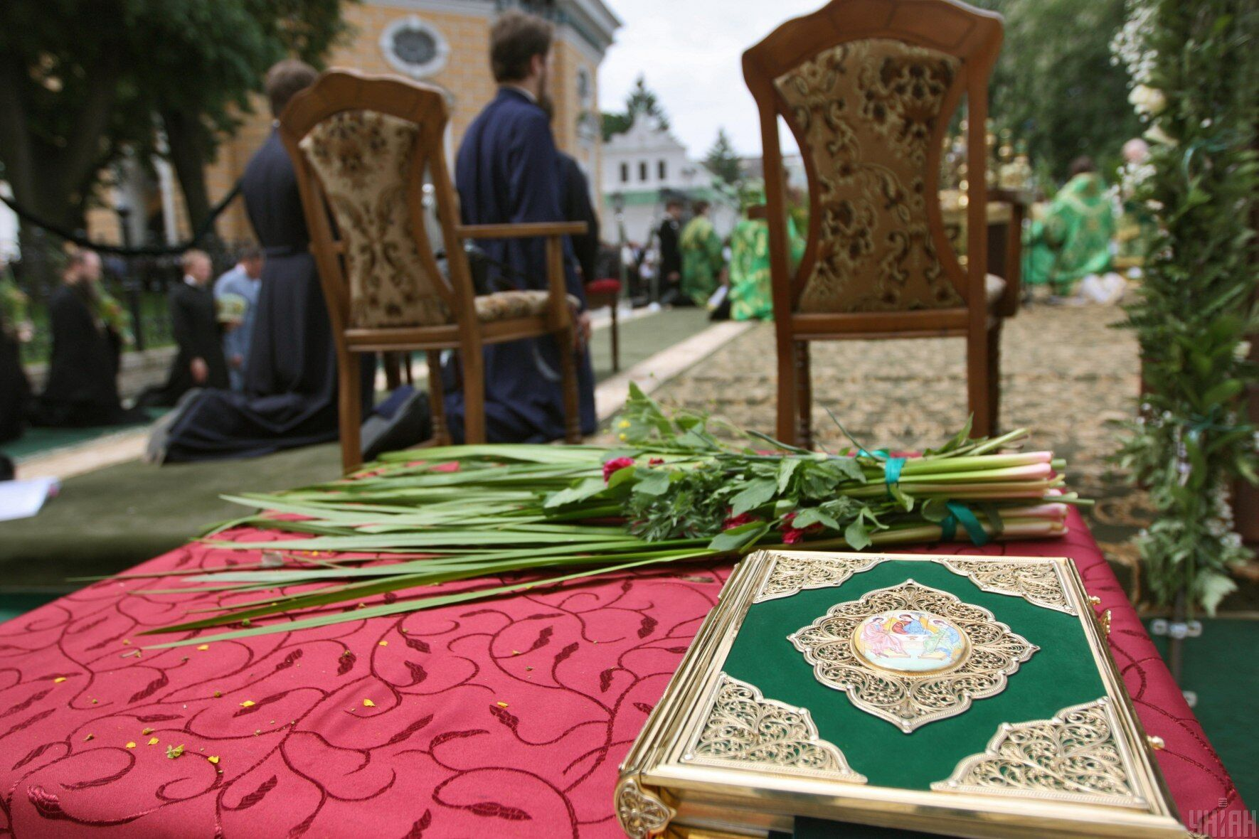 Церкви до Трійці прикрашають зеленню, квітами та гілками беріз