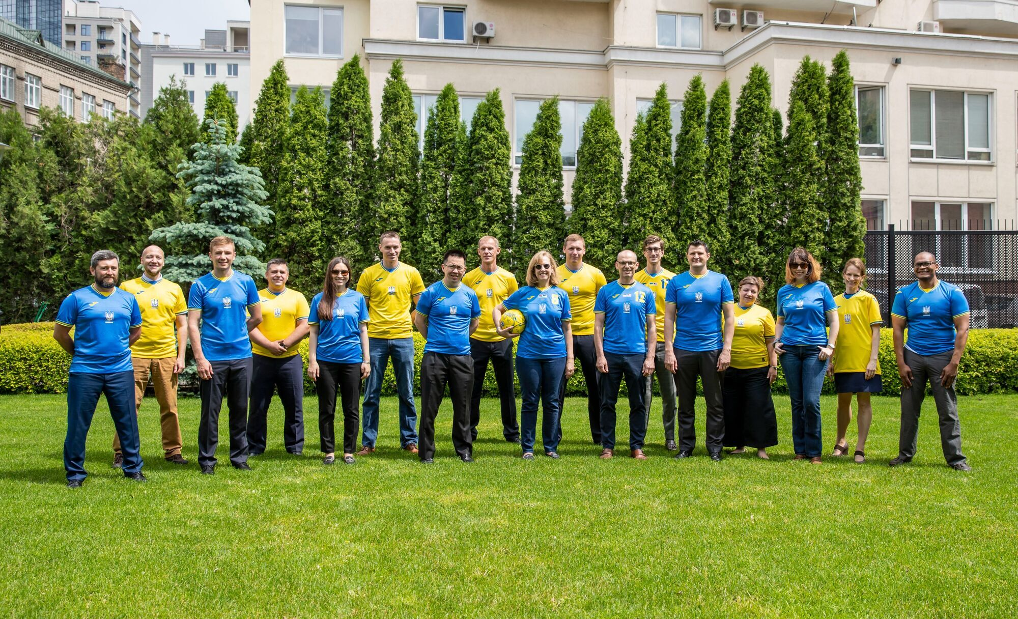 Співробітники посольства знялися у фотосесії на підтримку України