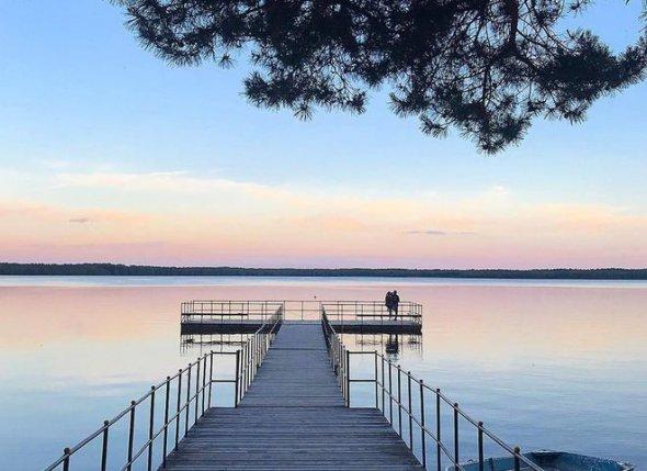 Біле озеро на дотик нагадує шовк