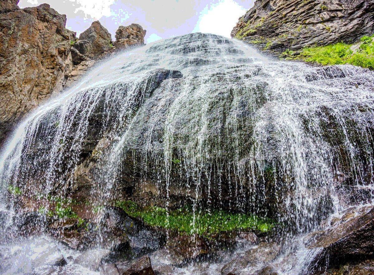 """Також у горах недалеко від села є печери, одна з яких називається """"Грот Пустельника"""""""