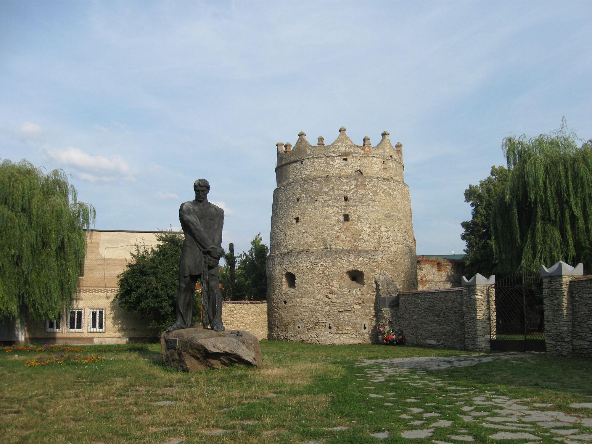 Летичівська вежа з п'ятиметровою статуєю повстанця Устима Кармелюка