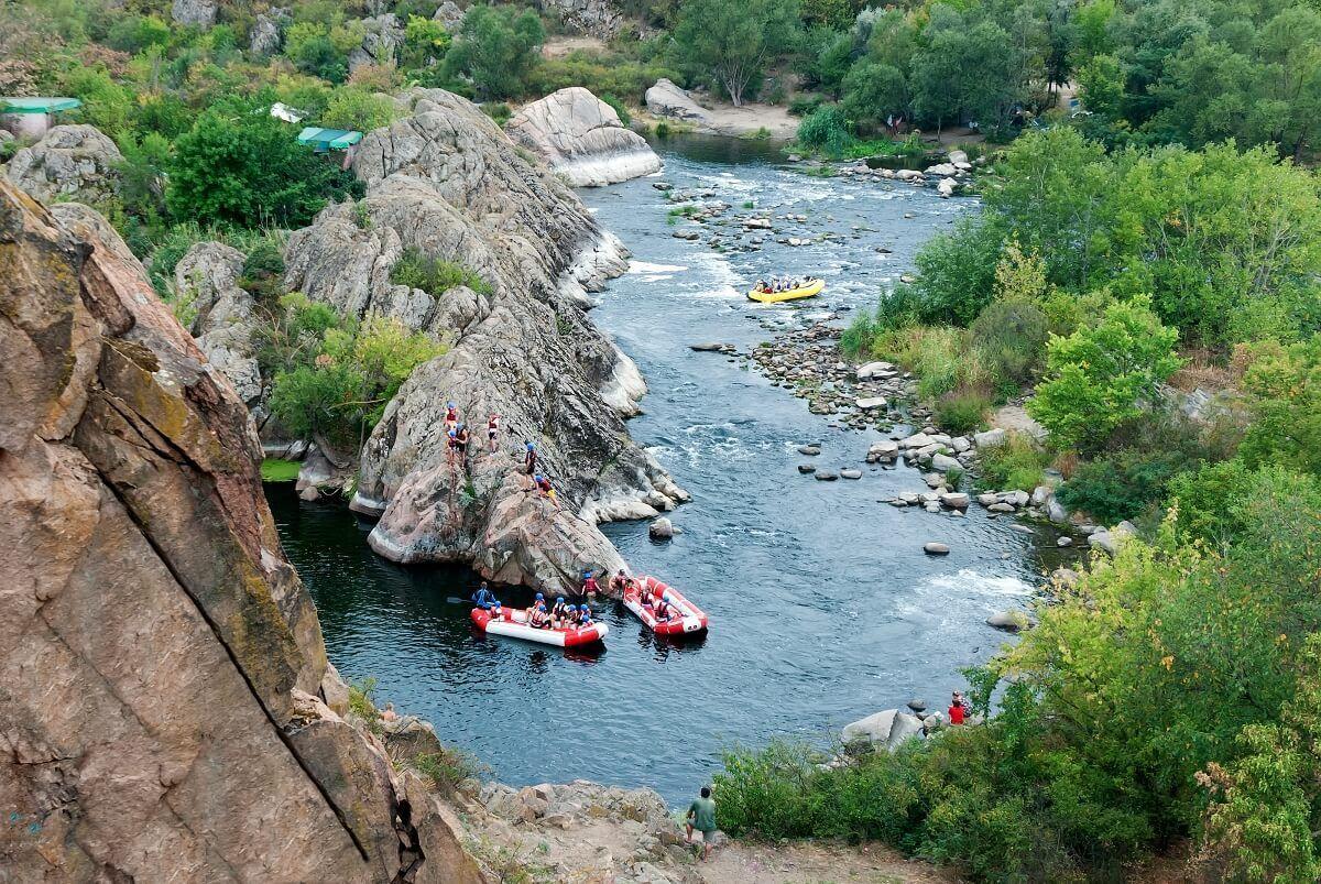 Між високих скель (їхня висота досягає 30 метрів) протікає річка Гірський Тікич