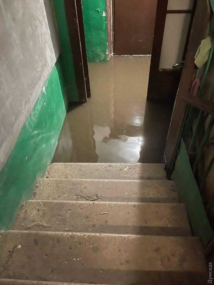 Затопило під'їзди будинків