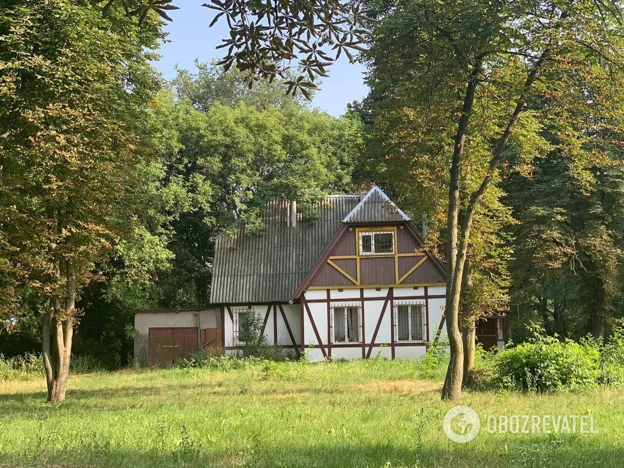 Фахверковий будинок у міському парку.