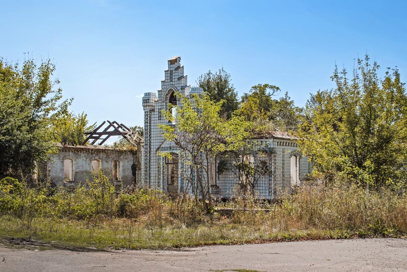 """Цукровий завод, костел та """"будинок Дракули"""". Маловідомі локації в українській глибинці, які не згадують у путівниках"""