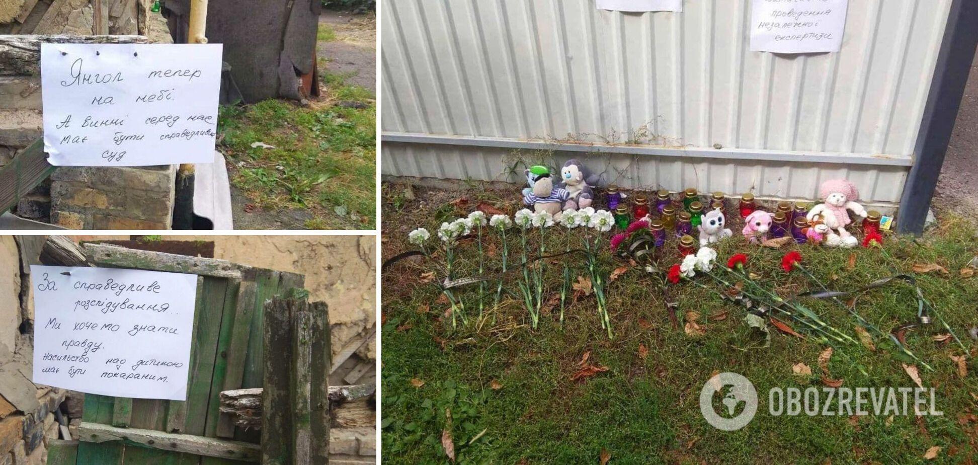 Місцеві жителі несуть квіти та іграшки до будинку підозрюваних, звідки в лікарню забрали дитину